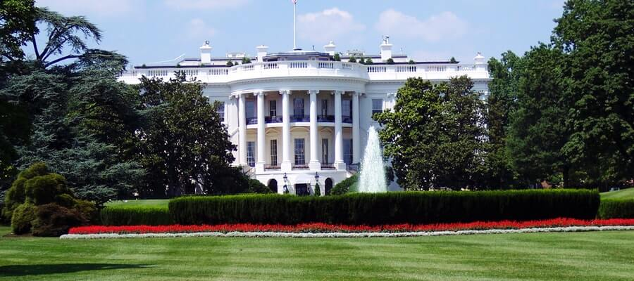Front view of the White House with gardens and fountains